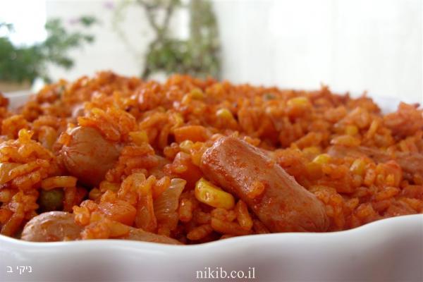 תבשיל אורז ונקניקיות