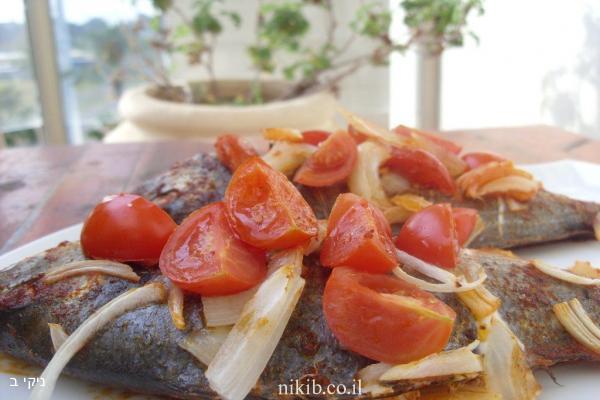 דניס אפוי עם עגבניות ובצל