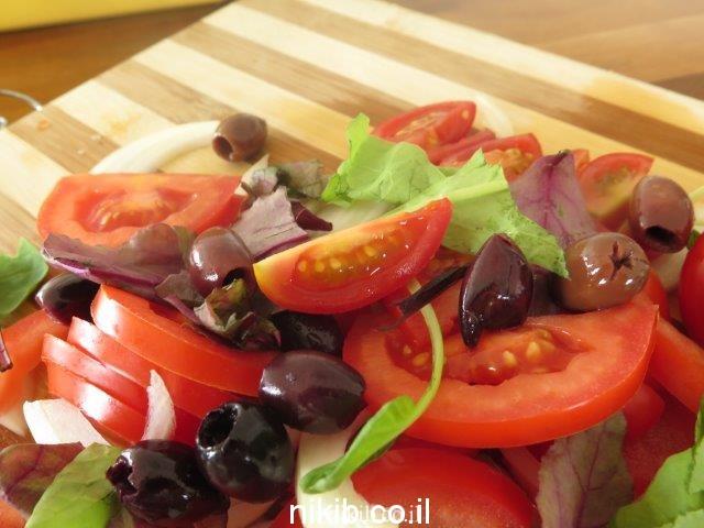 סלט עגבניות וזיתים שחורים