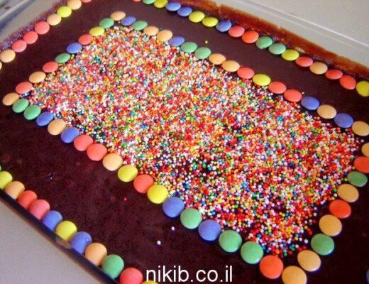עוגת שוקולד עסיסית גדולה