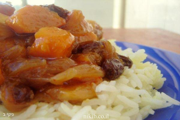 עוף על מצע אורז ופירות יבשים