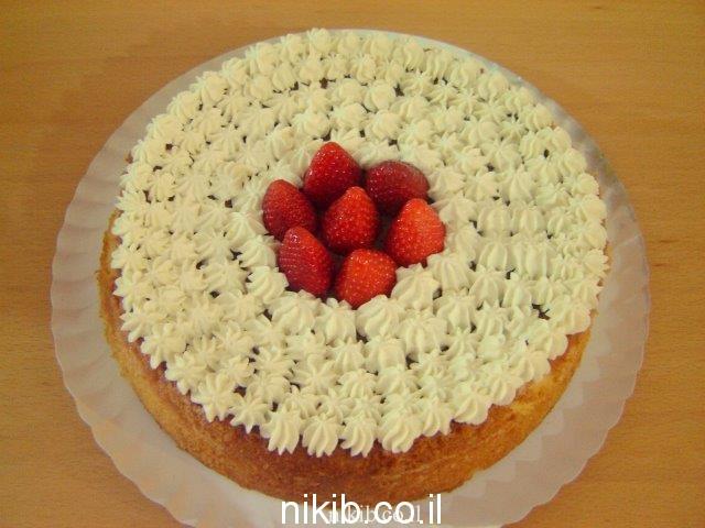 עוגת מיץ עם קצפת ותותים