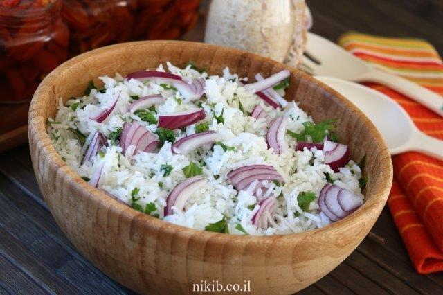 סלט אורז ועשבי תיבול