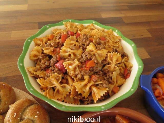 ארוחת צהריים ספגטי בולונז ירקות ולחמניות