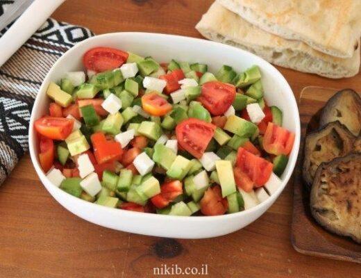 סלט אבוקדו ירקות וגבינה בולגרית