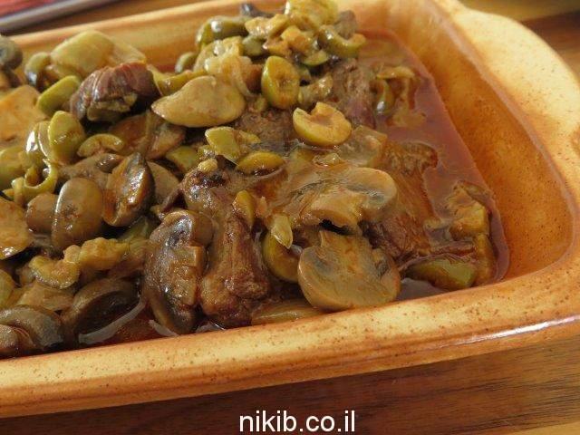 צלי כתף פרוס עם זיתים ופטריות