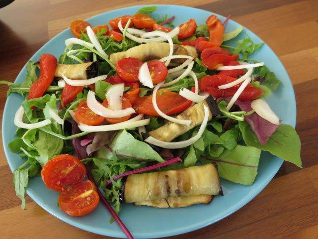סלט ירוק עם ירקות קלויים