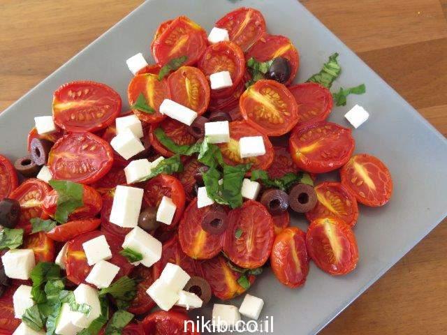 סלט עגבניות שרי קלויות