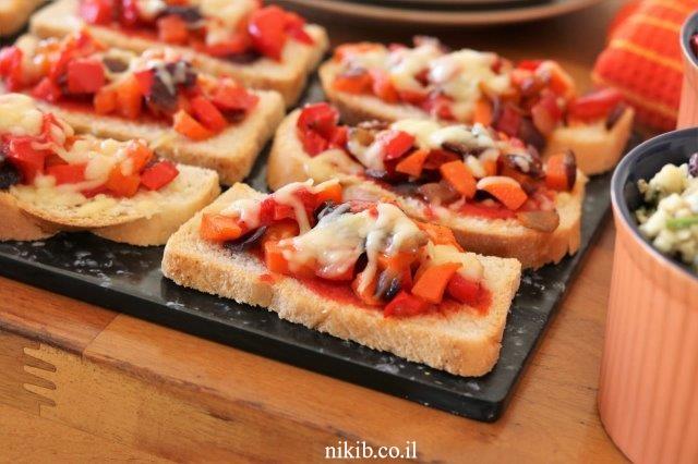 פיצת ירקות על לחם