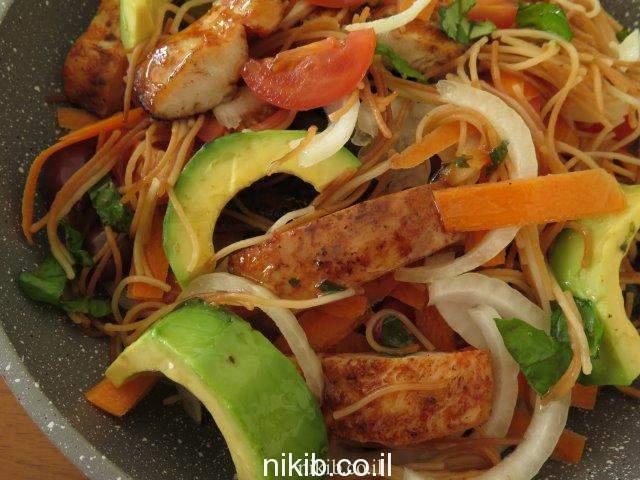סלט חזה עוף עם ירקות ואטריות