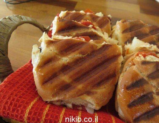 טוסט עם גבינה בולגרית ופלפלים קלויים