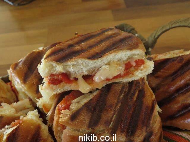 טוסט גבינה עם בולגרית ופלפלים קלויים