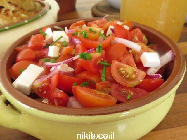 סלט עגבניות שרי וגבינות