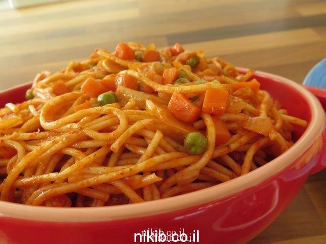 ארוחת צהריים ספגטי עם אפונה וגזר