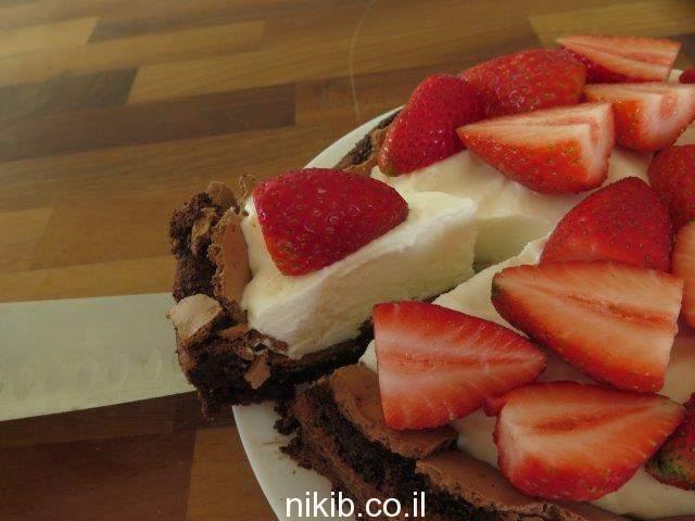 עוגת פאדג' שוקולד עם תותים וקצפת