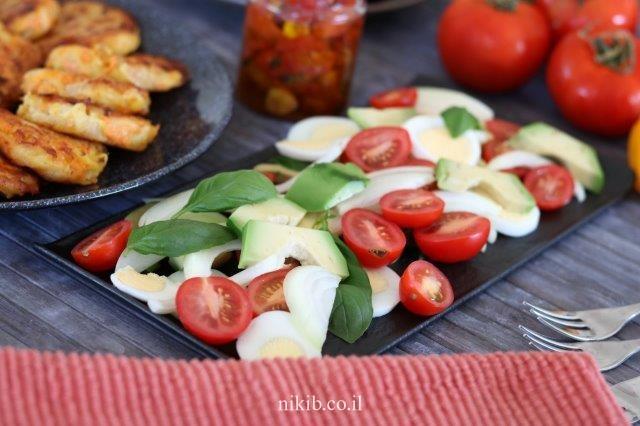 סלט אבוקדו ירקות וביצים קשות
