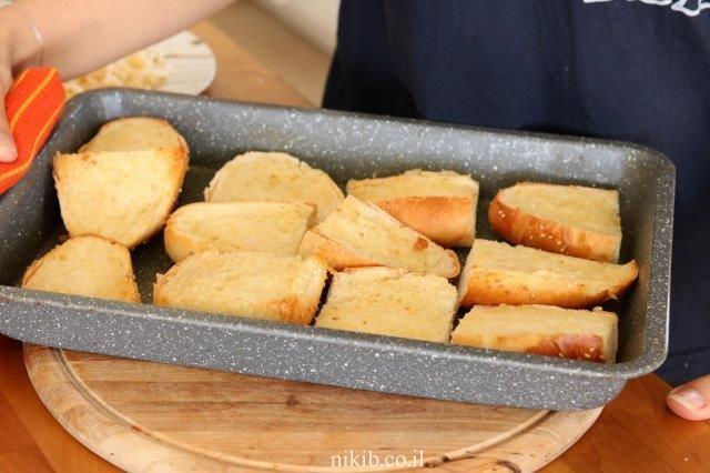 לחם שום מהיר עם גבינה צהובה