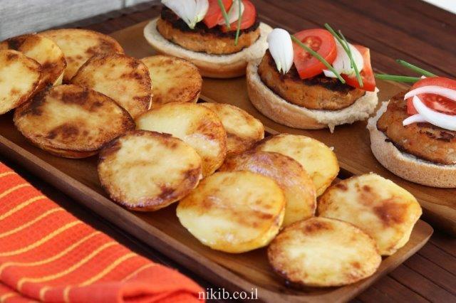 תפוחי אדמה חצויים אפויים