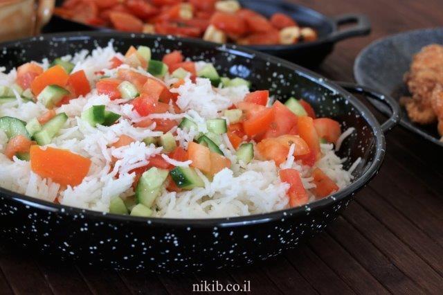 סלט אורז חם עם עגבניות