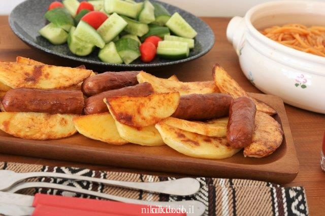 נקניקיות ותפוחי אדמה אפויים