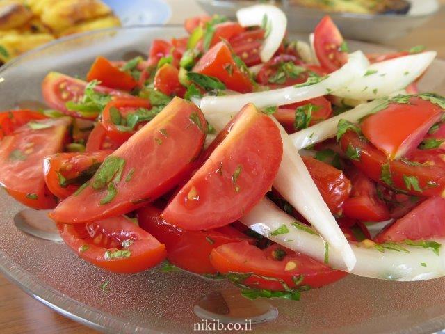 סלט עגבניות חריף עם כוסברה