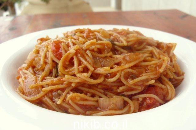 איטריות מטוגנות ברוטב עגבניות