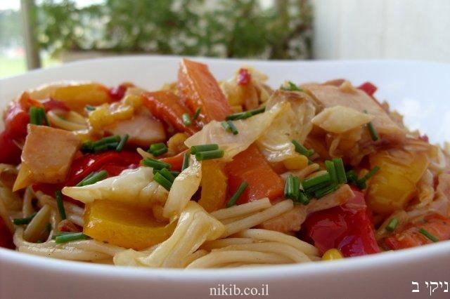 ספגטי מוקפץ עם ירקות ופסטרמה