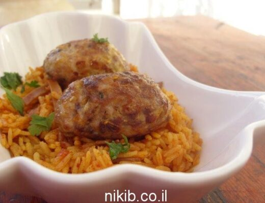 קבבונים על מצע אורז אדום ואטריות