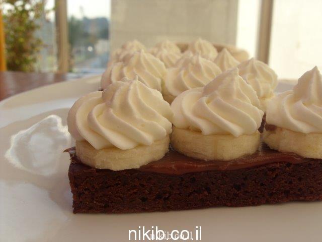 עוגת בראוניז בננה ריבת חלב וקצפת