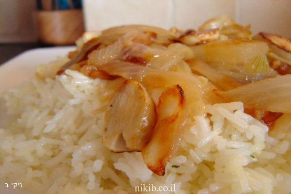 אורז עם רצועות בצל ושום