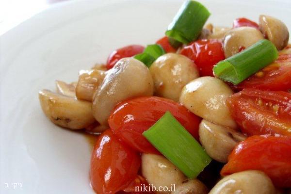 סלט פטריות חם עם עגבניות שרי