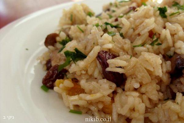 אורז אפוי עם פירות יבשים